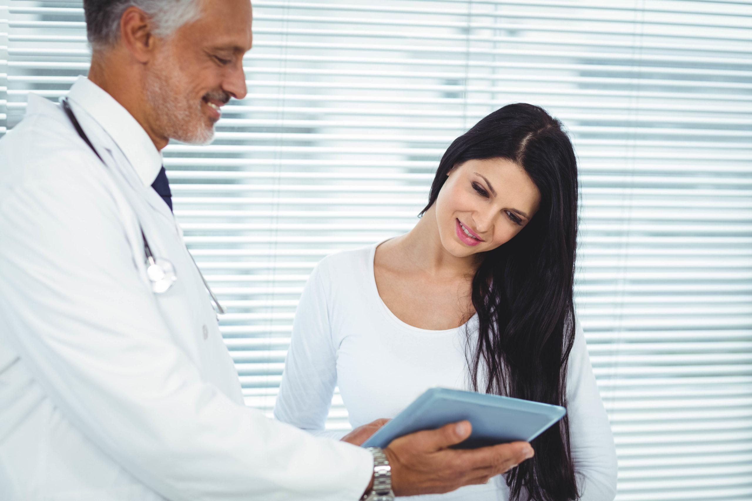 kobieta rozmawia z lekarzem ginekologiem